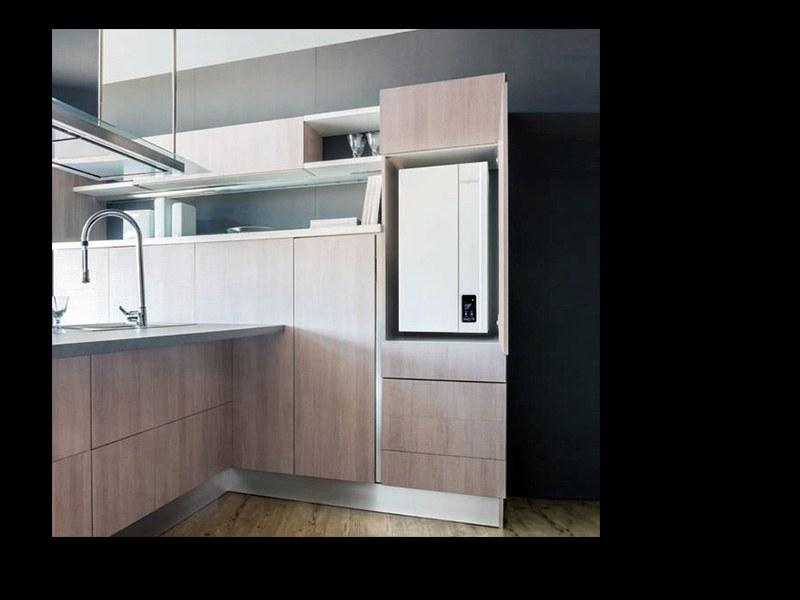 Caldaia inserita in un mobile con sportello a scomparsa in cucina (Fondital)