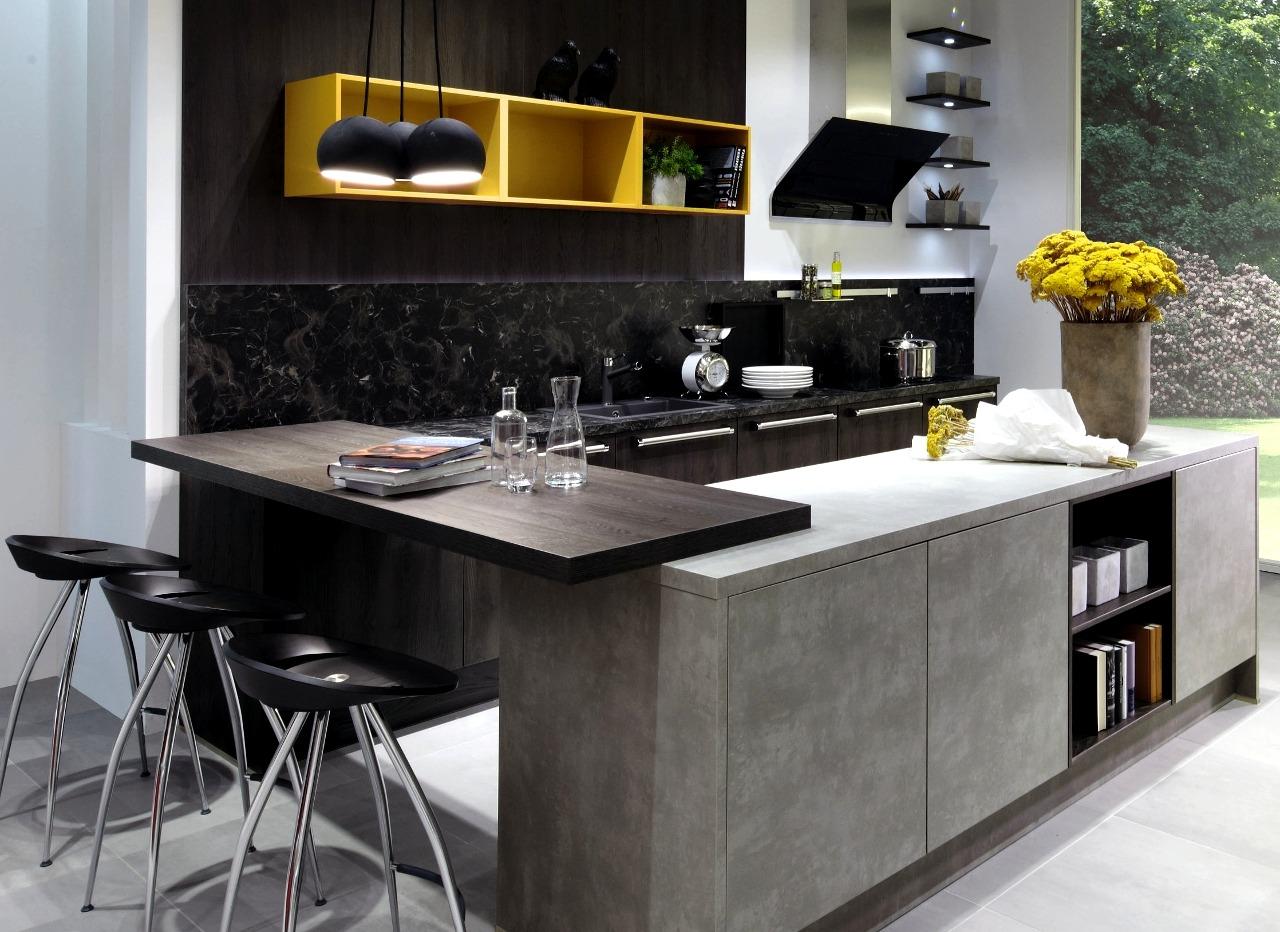 Cucina in grigio con contrasto di colore