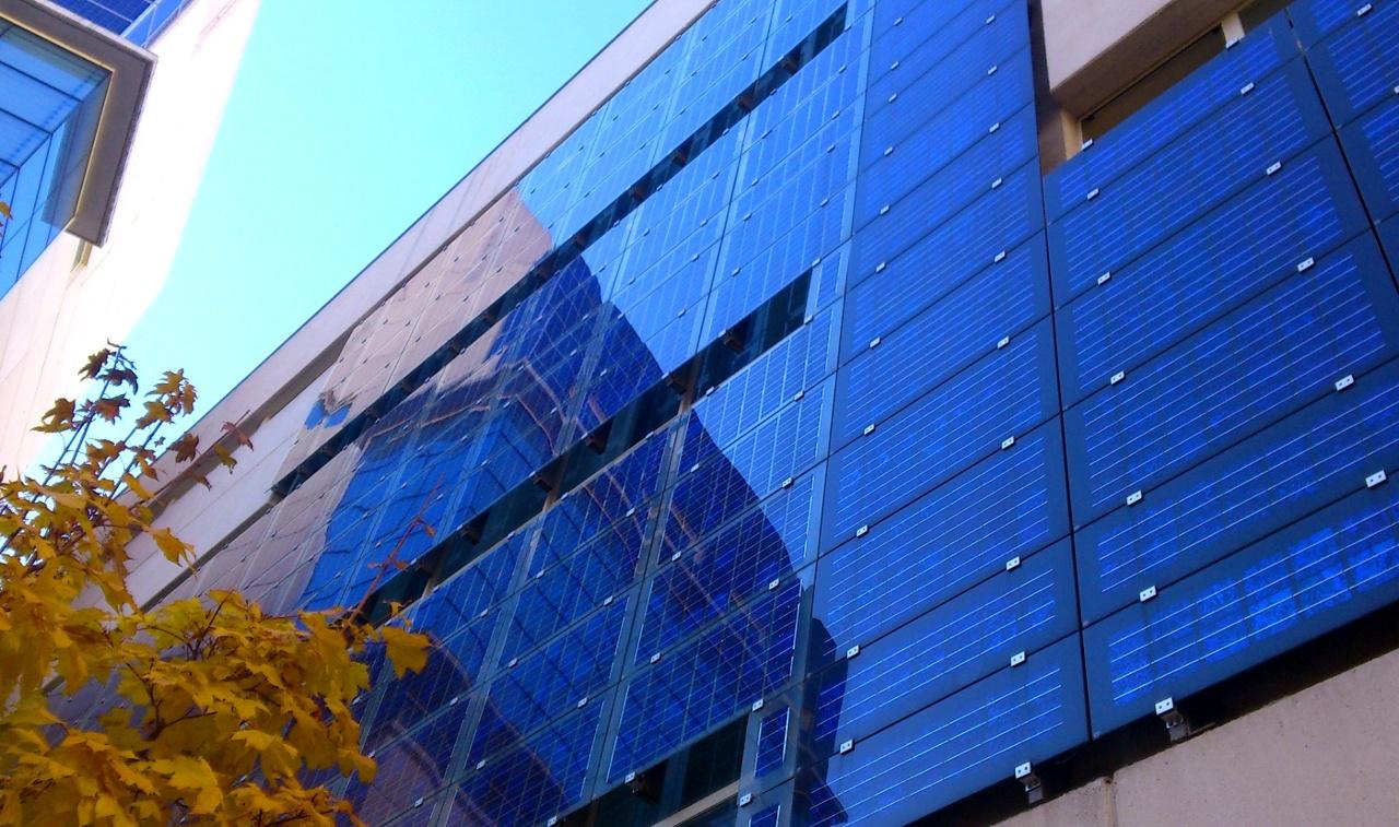 Pannelli fotovoltaici applicati alle facciate di edifici