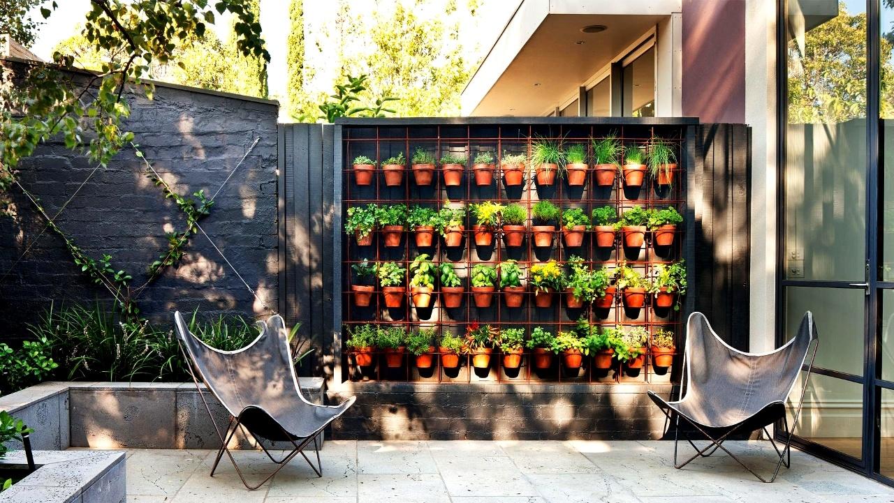 Giardino verticale con vasi
